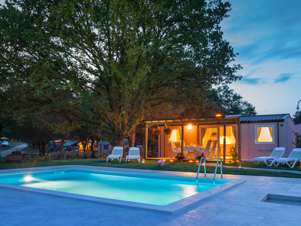 mobilheim mit pool italien urlaub mit dem luxuri sen. Black Bedroom Furniture Sets. Home Design Ideas